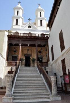 الكنيسة المعلقة والتي أصبحت المقر البابوي في القاهرة بعد نقله من الأسكندرية في عهد البابا خريستوذولوس