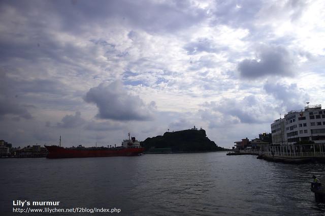駛往旗津時,看到的大輪船,遠方的燈塔及出海口。