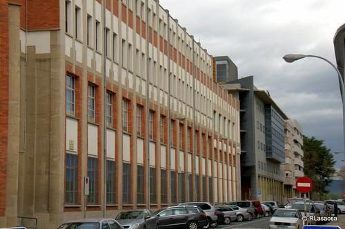 Fachada del colegio de los Escolapios, a la calle Leire, obra del arquitecto pamplonés Víctor Eúsa.