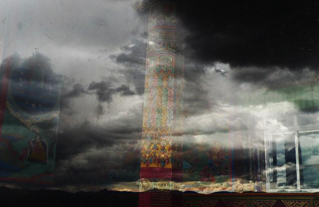 风雨雕花柱