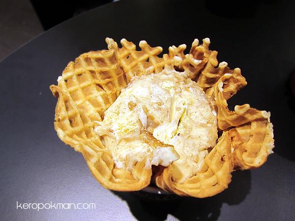 Apple Pie A La Cold Stone (French Vanilla Ice Cream, Cinnamon, Graham Cracker Pie Crust, Apple Pie Filling & Caramel)