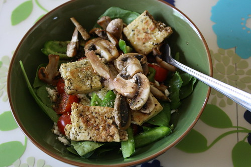 Salad with tofu, mushrooms, feta