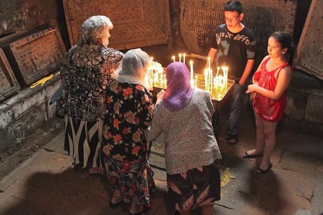 prières à l'église Sainte Hripsimé, Etchmiadzin, Arménie