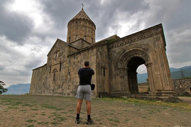 Devant le monastère de Tatev, Arménie
