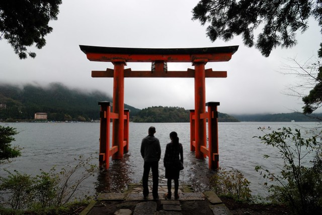 建在蘆之湖裡的鳥居,有種浪漫的感覺