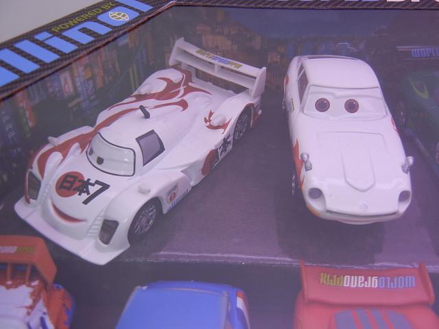 disney store cars 2 world grand prix racer & crew chief diecast set (2)