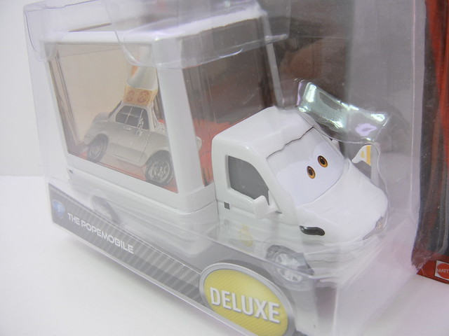 DISNEY CARS 2 POPEMOBILE (2)
