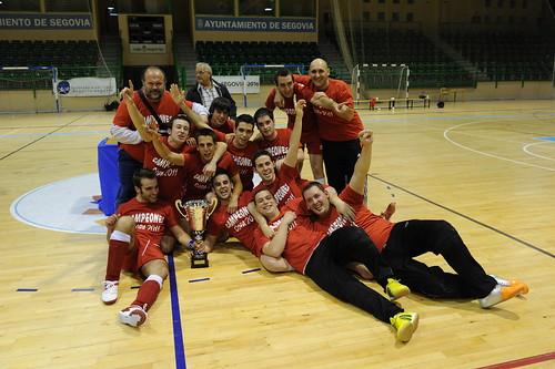 El equipo espinariego celebrando la victoria con la copa ganada.