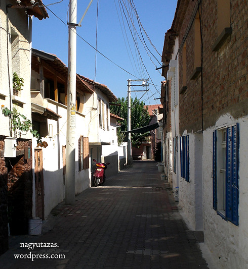 Olaszos stílusú szűk utcákon