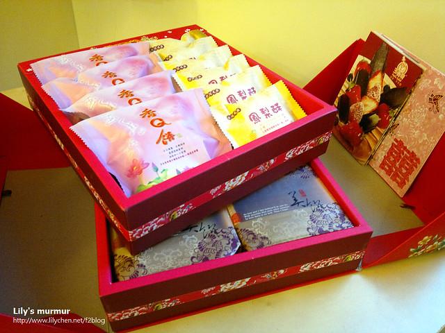 玉香齋的★幸福雙層禮盒–C款-(奶素)-網路價:NT$700,上層:香Q餅4入、鳳梨酥6入,下層:綠豆凸1入、咖哩餅1入、五香餅1入、豆沙核桃喜餅1入