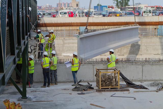 Trabajos previos para poder colocar la primera viga bajo la pasarela de peatones - 24-08-11