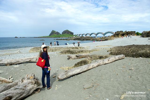 看到三仙台島跟拱橋了嘛?沙灘上還有不少漂流木。台東這裡海岸的漂流木好多...