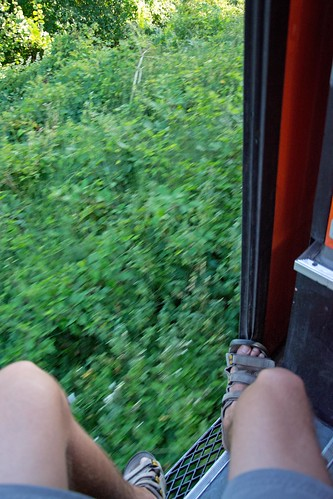 Assis à la porte du train InterCity 259 Budapest-Sarajevo