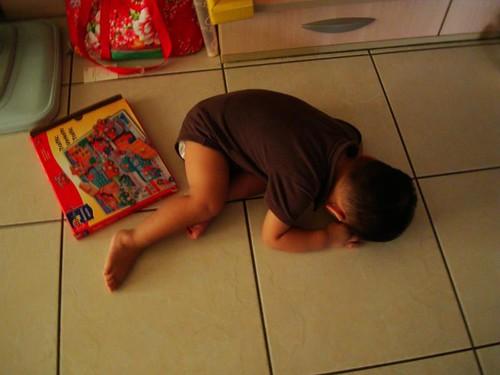 跟媽媽賭氣,累到睡在地上