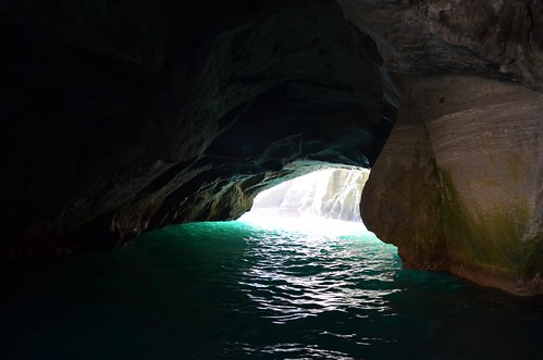 洞窟内から見た外の光が綺麗