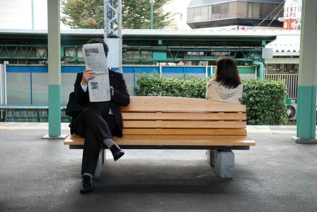 明明你在看報紙,卻不知道我在看你 =.=