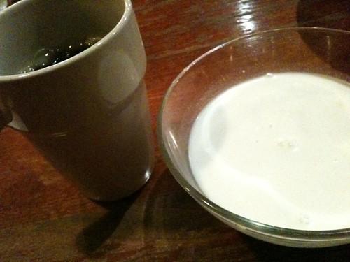 食後はタピオカミルクとコーヒー。かなりおなかいっぱい!@モンスーンカフェ