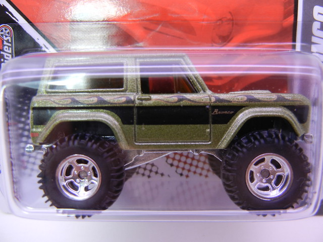 2011 HOT WHEELS GARAGE 30 CAR SET '67 FORD BRONCO (2)
