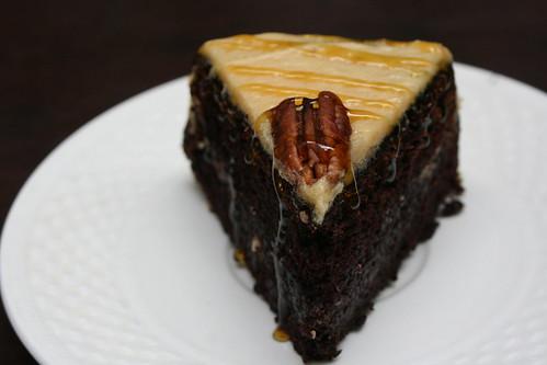 Torta de chocolate y café con crema de caramelo y escamas de sal gris