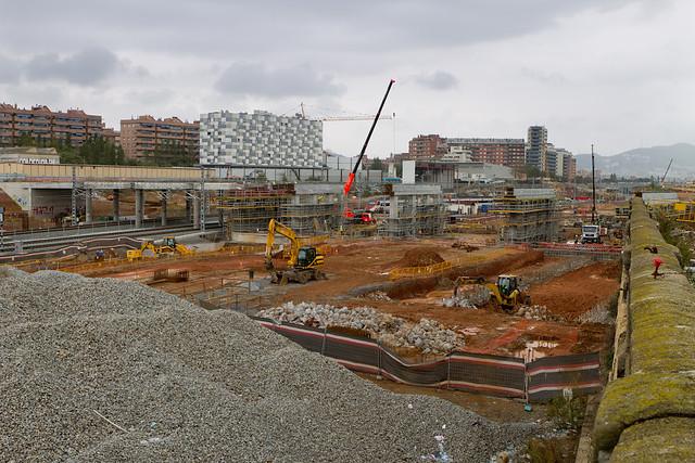 Construcción del nuevo puente que ha de sustituir al del Treball. Ya han levantado los pilares - 03-11-11