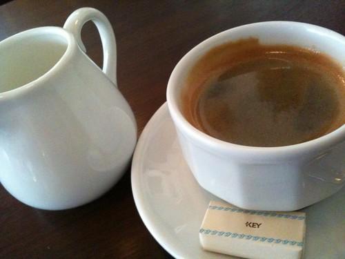 食後はコーヒー。ミルクは温めて出してくれました。