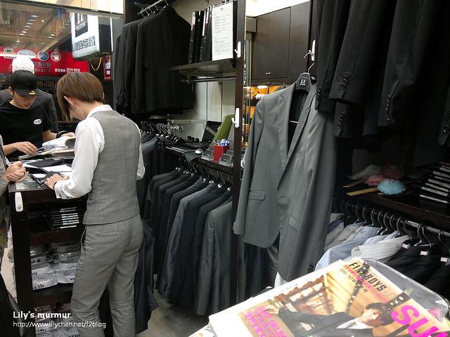 店內一景,前面這個穿西裝的年輕店員正在服務另外一位戴鴨舌帽的客戶。