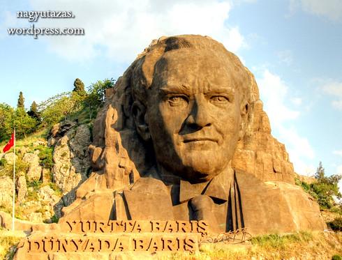 Egy izmiri hegy oldalához épített Atatürk szobor