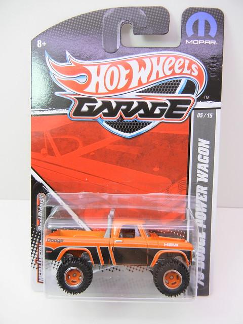 2011 HOT WHEELS GARAGE 30 CAR SET '70 DODGE POWER WAGON (1)