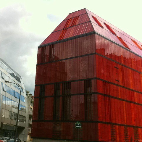 Red glass building: L'Ecole Supérieure de Commerce Advancia