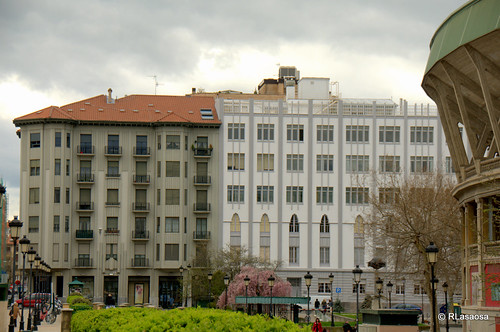 Edificios de viviendas en la calle Amaya, vistos desde la plaza de la Plaza de Toros.