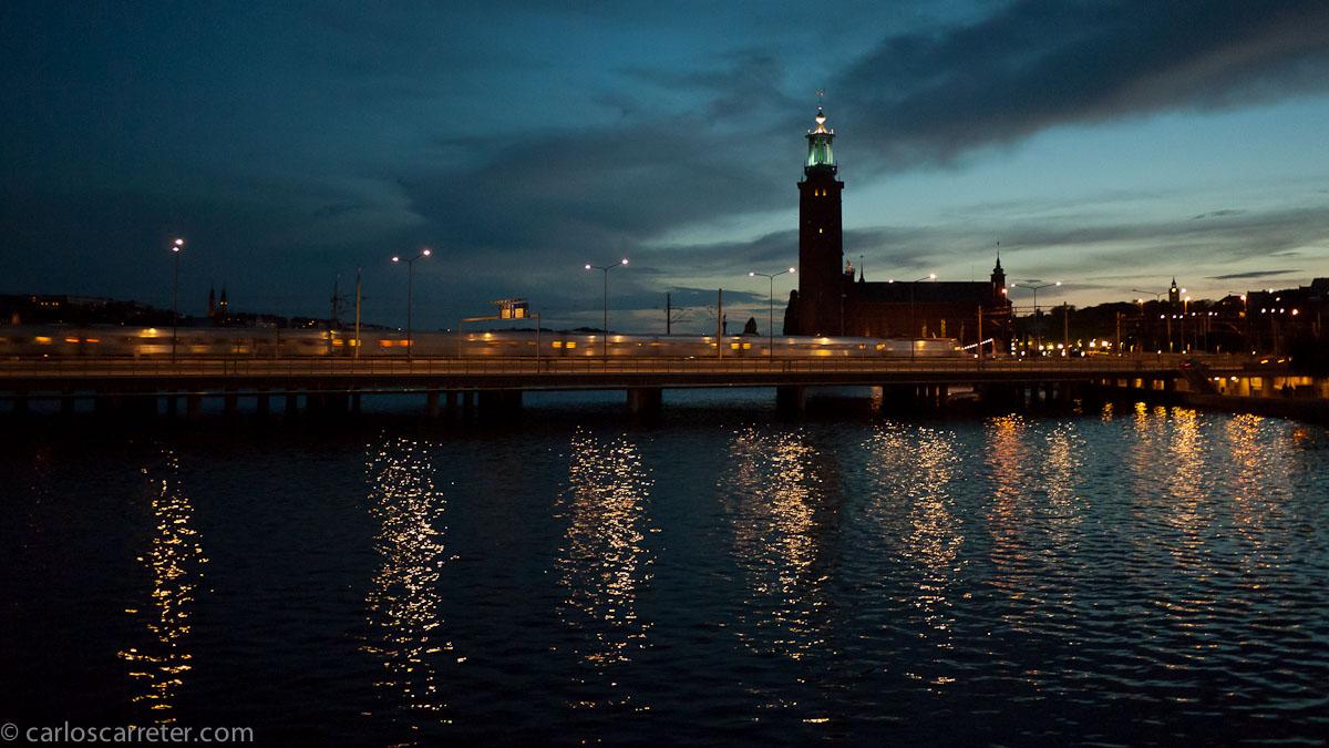 Atardecer tras el ayuntamiento de la capital sueca
