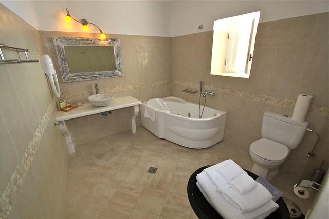 Salle de bain de l'hôtel San Antonio, Santorin, Grèce