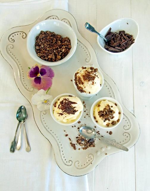 Gelato alla crema di panna e miele con scaglie di cioccolato
