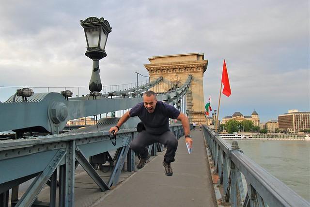 Marc sauter sur le pont à chaines, Budapest
