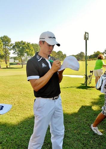 Camilo Villegas signing my hat.