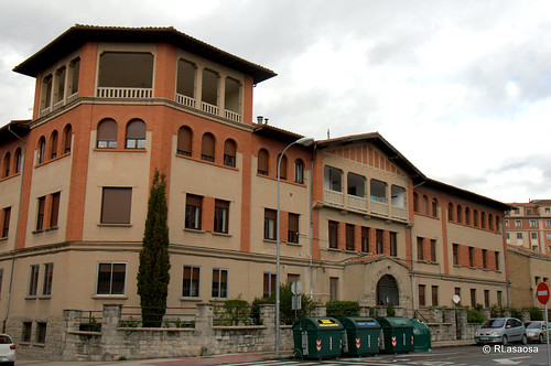Edificio de viviendas en la calle González Tablas, en la esquina con la calle Sangüesa.