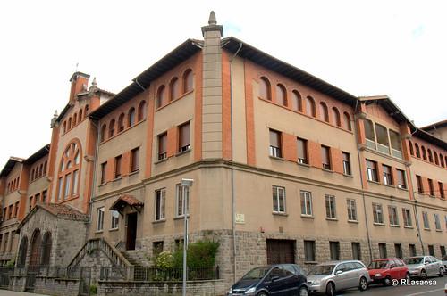 Edificio en la confluencia de la Avenida de Galicia y la calle Sangüesa