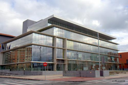 Edificio de oficinas en la confluencia de la calle González Tablas y la calle Sangüesa