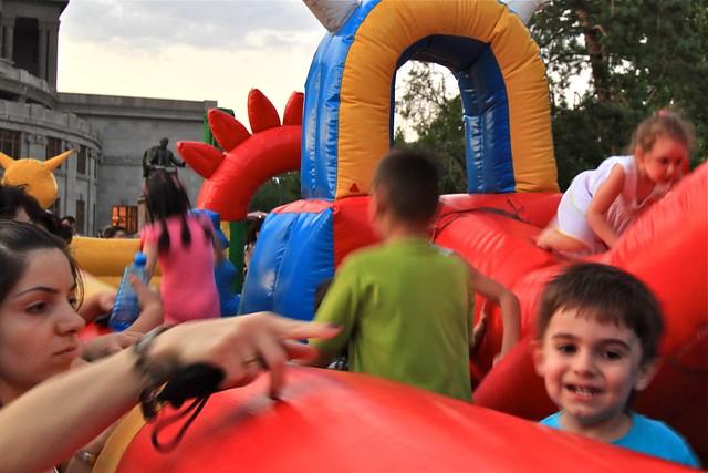 Enfants jouant à la place de la liberté, Erevan, Arménie