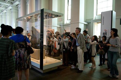 Grupo de turistas ante la piedra Rosetta