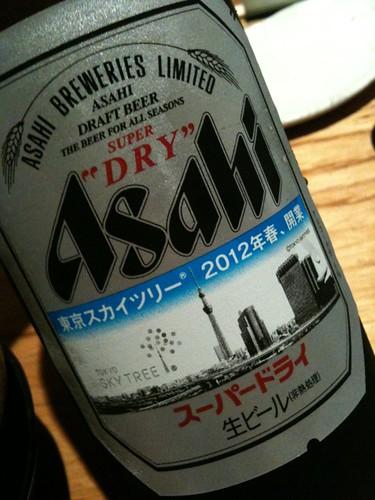 浅草で食事。アサヒの瓶がスカイツリーラベル。