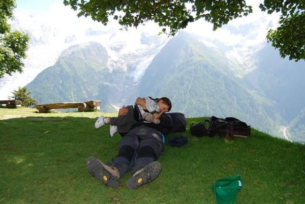 Teo y Pau jugando ante los Alpes Franceses