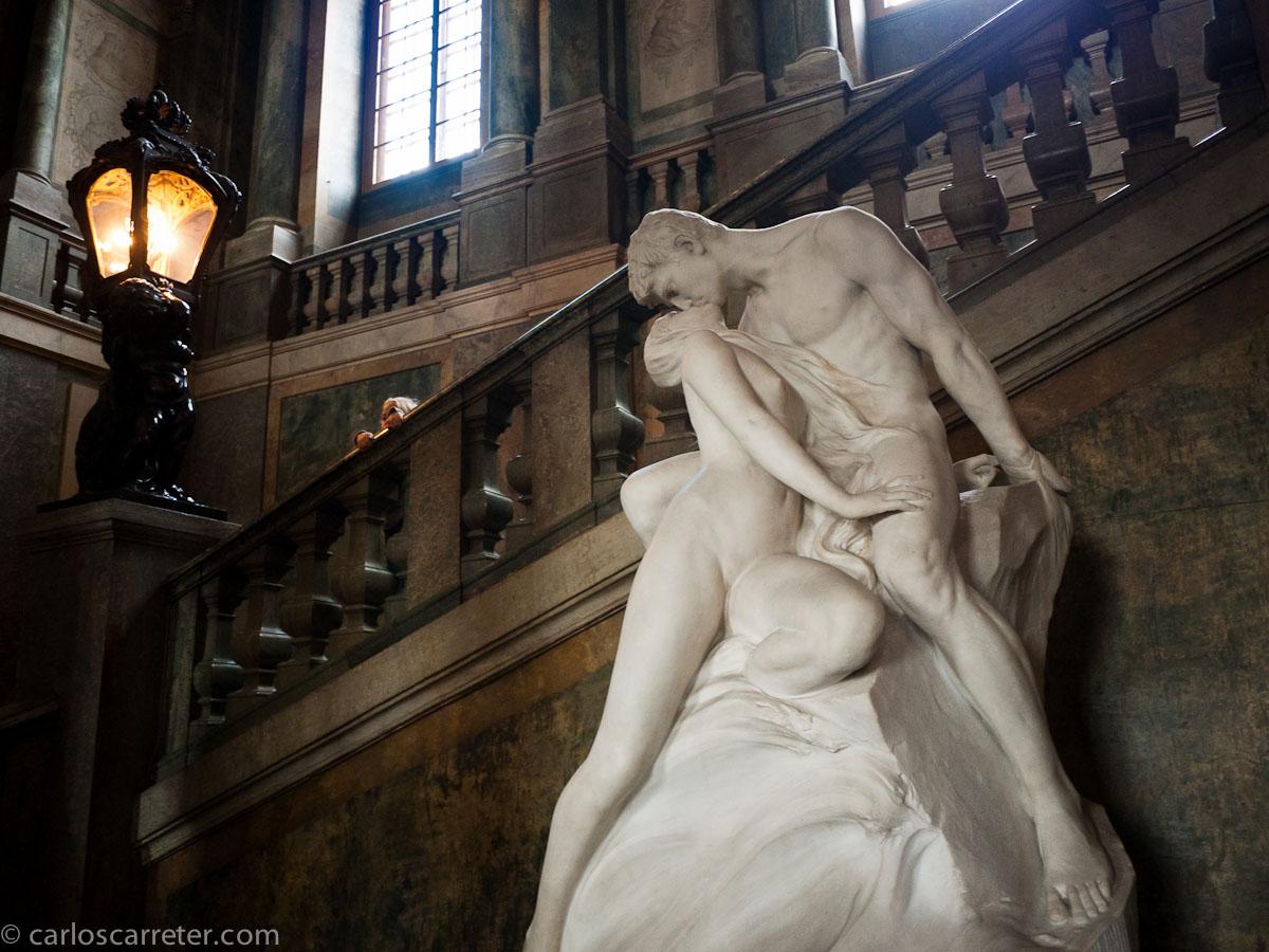 Que es eso de besarse desnudos en la escalera real