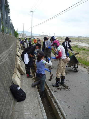 側溝の泥上げ, 陸前高田市高田町でボランティア, 「手を貸すぜ 東北」レーベン号 Volunteer at Rikuzentakata, Iwate pref. Deeply Affected Area by the Tsunami of Japan Earthquake