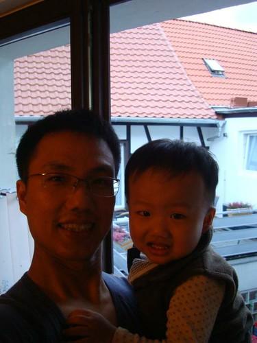 我和爸爸的合照,外面陽台都會有一個阿公和阿嬤曬太陽