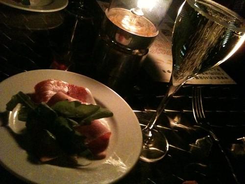1軒目は神楽坂スタジオーネ。生ハムとシャンパンで乾杯。