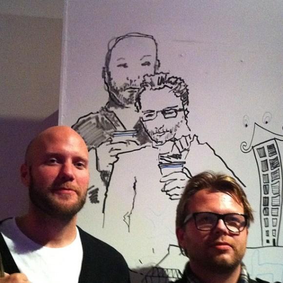 Jag och @jnystromdesign framför hans porträtt av oss.