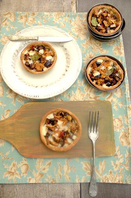 Tartellette con finferli, dadini di melanzane fritte,peperoncino e provola piccante