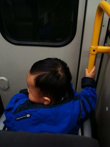 回家電車的路上,我自己要抓著桿子比較有安全感