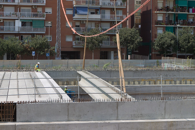 Colocación de viga bajo cable de Alta tensión - Primera fase donde una grua levanta la viga hasta colocarla antes del cable - 14-09-011